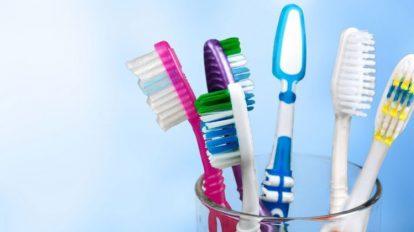 La importancia de desinfectar periódicamente tu cepillo de dientes
