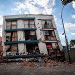 Demolición a edificio dañado por sismo desata controversia