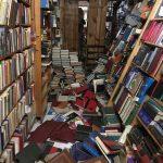 Temblor obliga a librería rematar su inventario