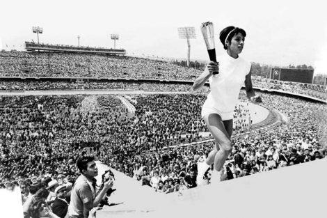 La atleta mexicana Enriqueta Basilio, primera mujer en encender un pebetero olímpico