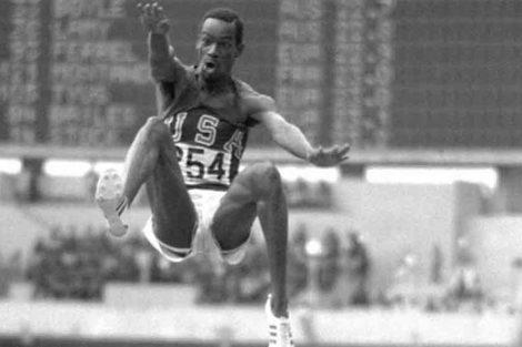 El estadounidense Bob Beamon y su récord insuperable de 8.90 metros en salto de longitud