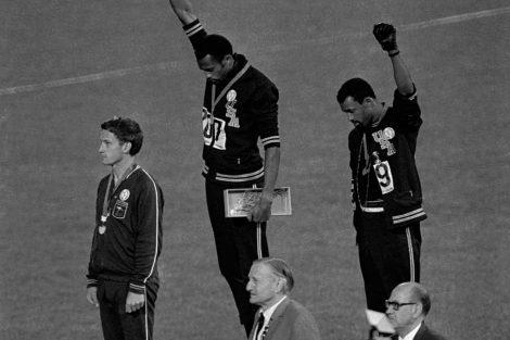 Los estadounidenses Tommie Smith y John Carlos, alzando el puño negro